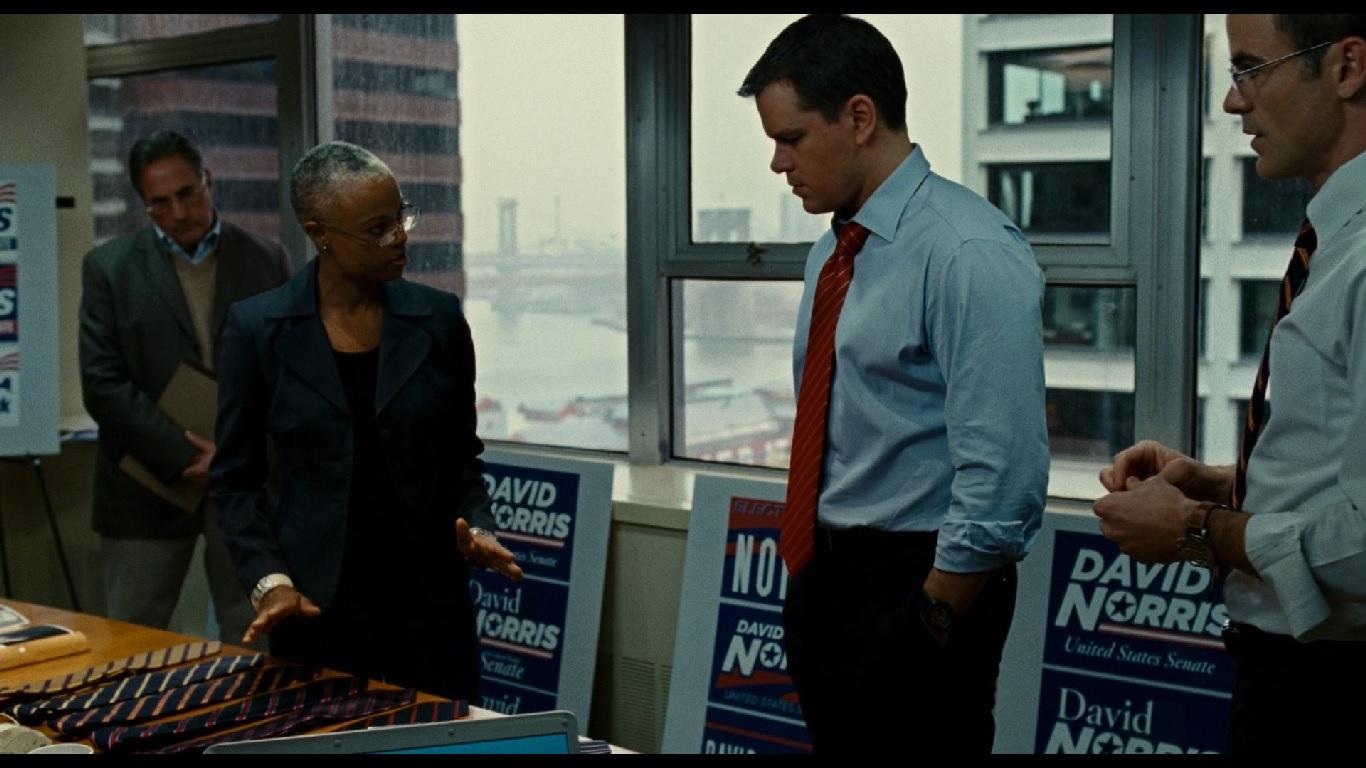 0:02:27. Имиджмейкер предлагает политику на выбор галстуки. В рекомендованных преобладает синий цвет с полосками разных ц