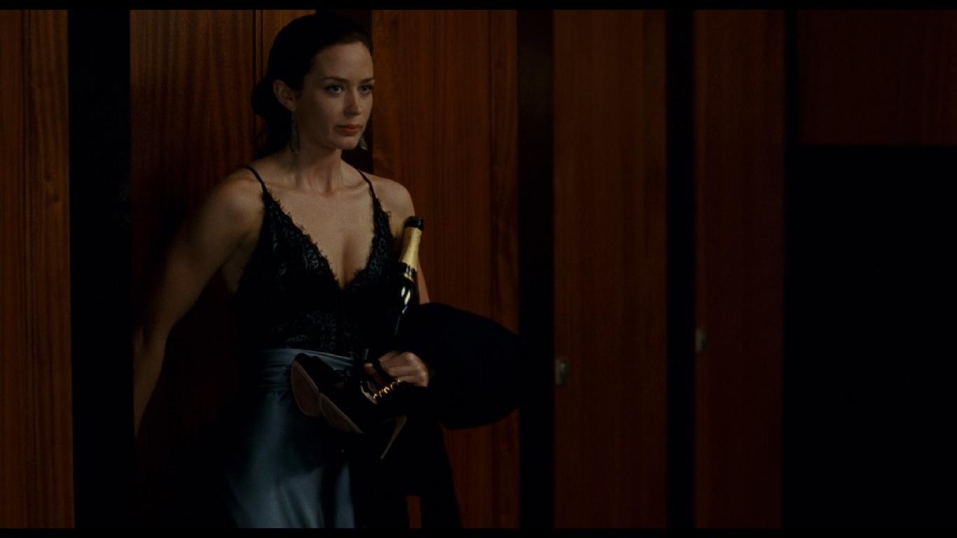 0:07:23. Первое появление Элизы в кадре, которое происходит в момент отчаяния Норриса, репетирующего в туалете свою речь