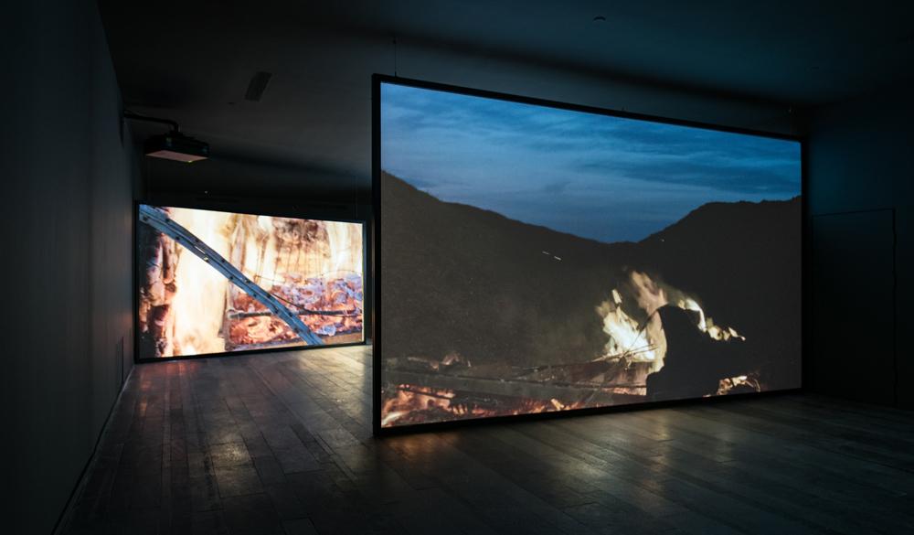 Дуглас Гордон. Конец цивилизации, 2012. Видеоинсталляция со звуком на 3 экранах, 118 мин.