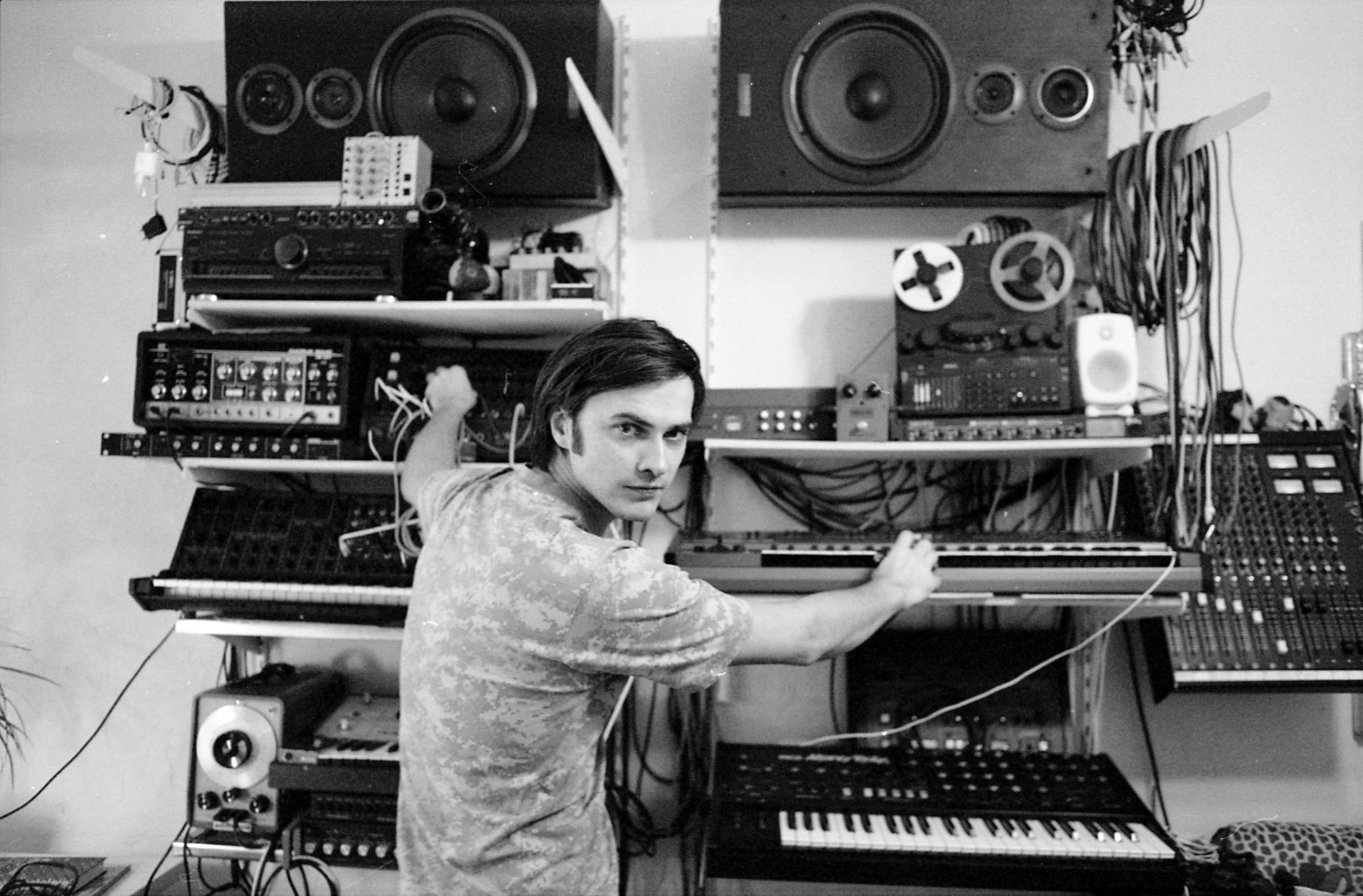Cергей Комаров в студии. Фото: Любовь Буракова