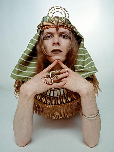 Боуи в образе Сфинкса, 1971 (davidbowie.com)
