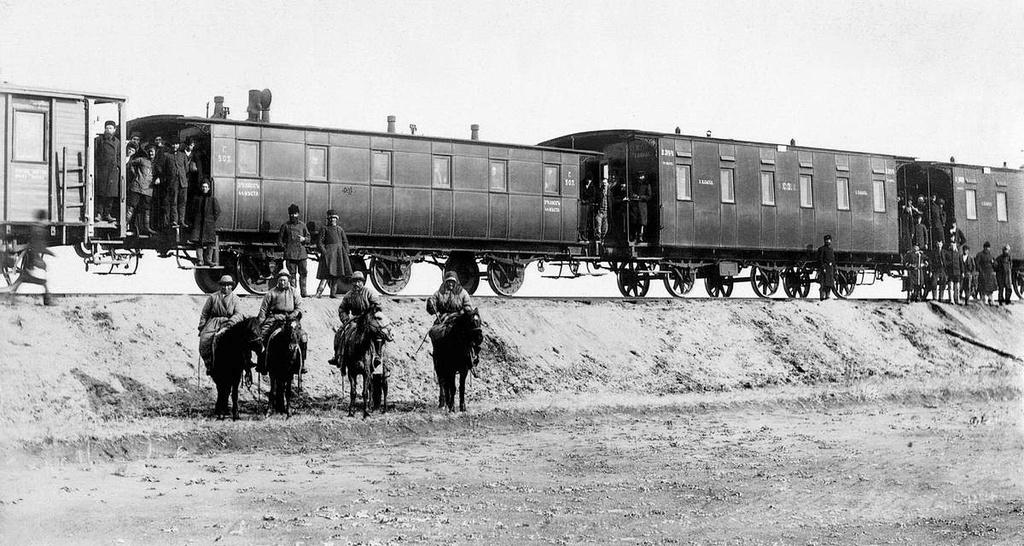 Пассажирский поезд и группа киргизов кочевников, 1890-е годы (фото: Государственный исторический музей Южного Урала, russ