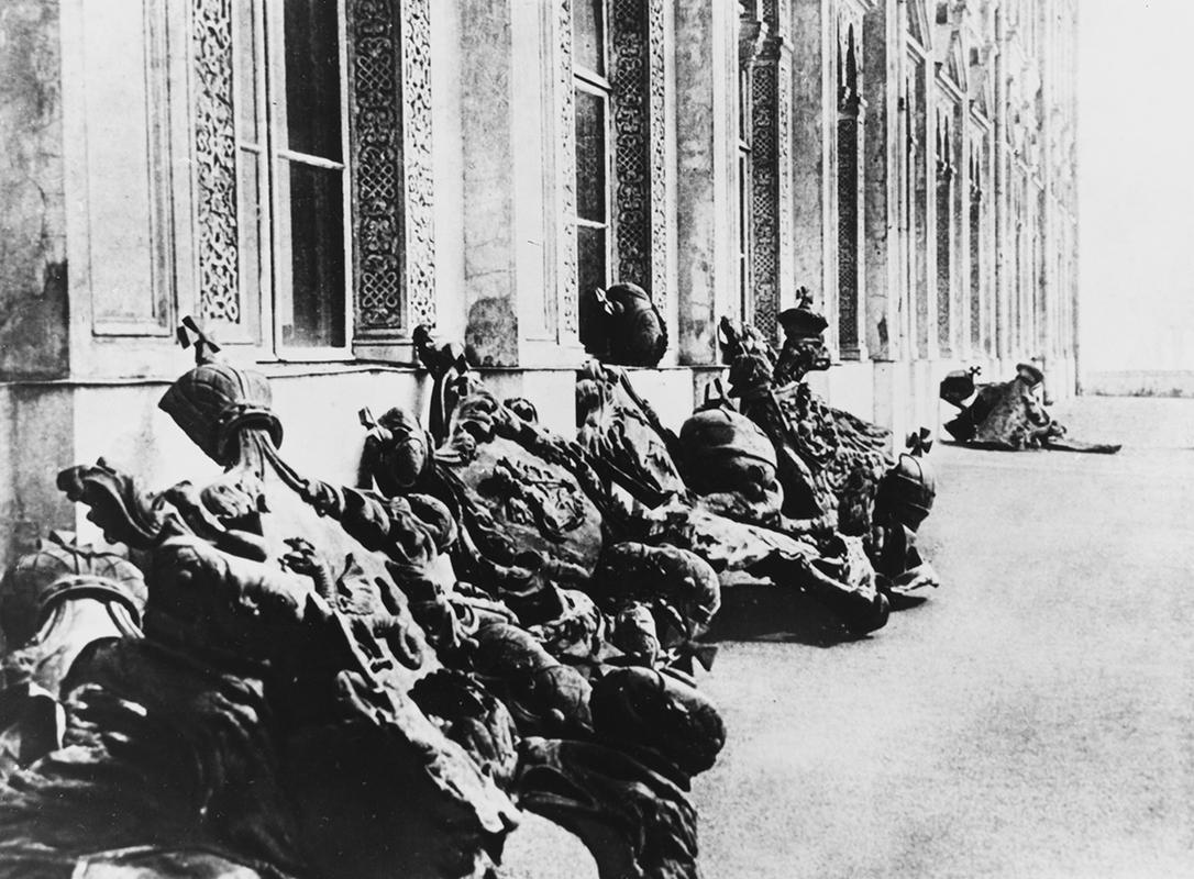 Сорванные двуглавые орлы. 1917 год
