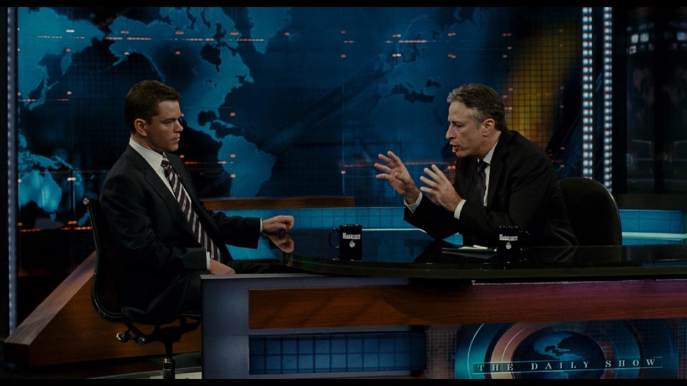 0:01:36. Норрис на политическом ток-шоу, где обсуждается его непристойное, ребяческое поведение в прошлом. Галстук на гла