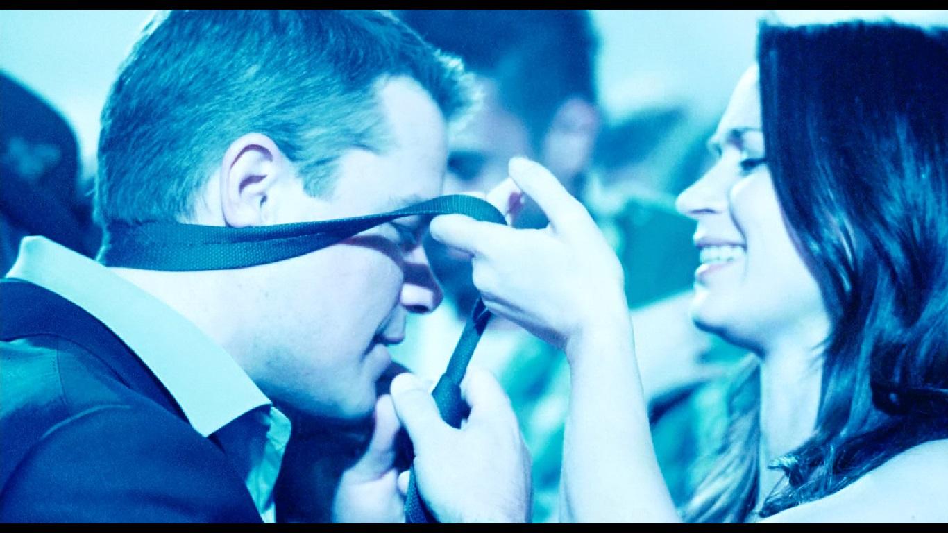 0:55:54. На свидании в клубе, чтобы заставить партнера расслабиться, Элиза сразу же снимает с него галстук.