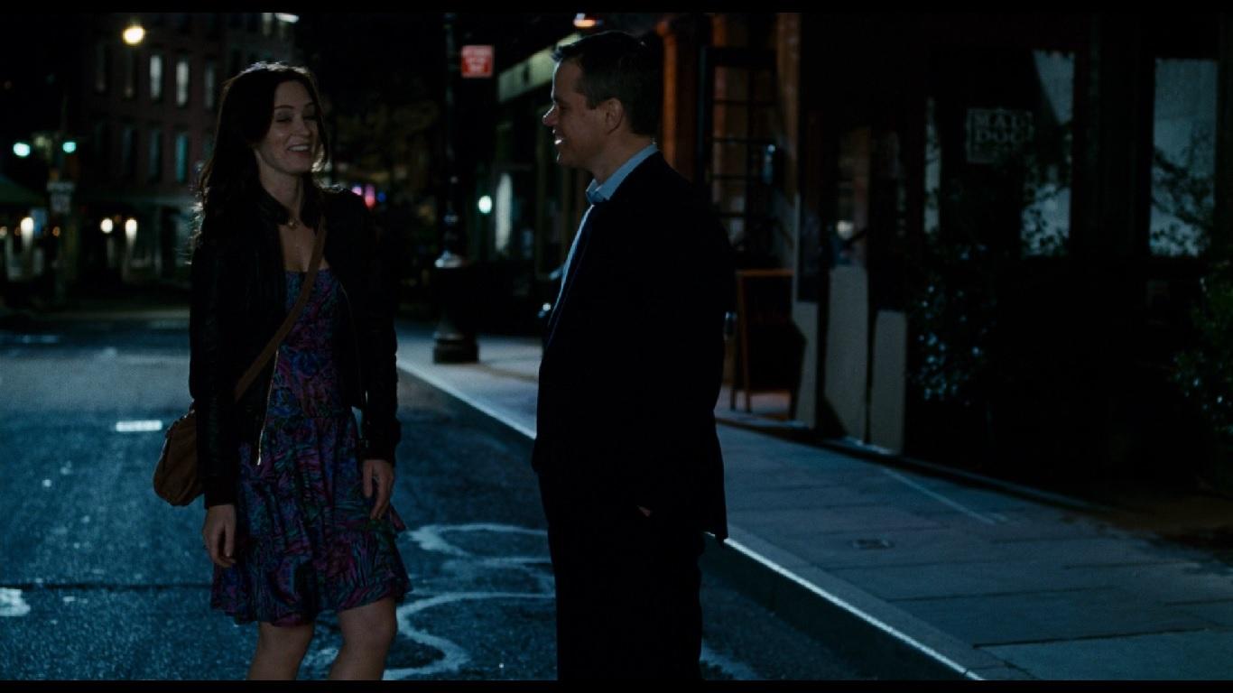 0:55:10. Платье Элизы на первом свидании: преобладание голубого, в котором словно растворяется красный цвет.